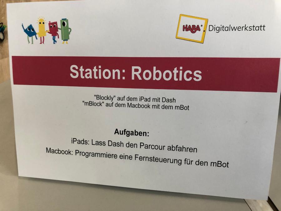 Die Station Robotics mit der Beschreibung der Aufgaben