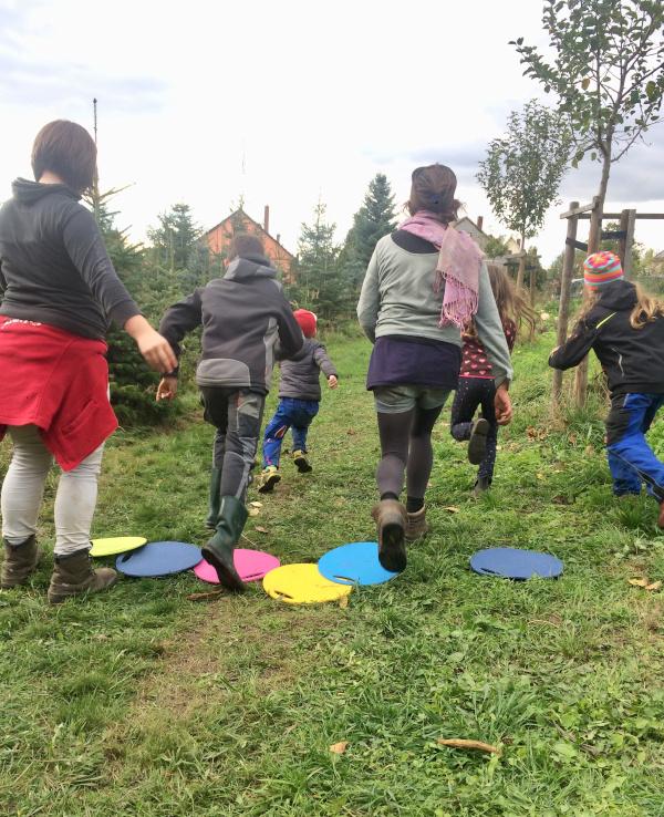 Kinder spielen Wettrennen im Garten
