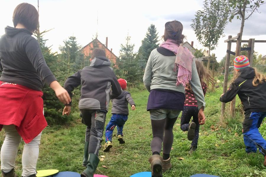 Kinder spielen in der Gartenwerkstatt