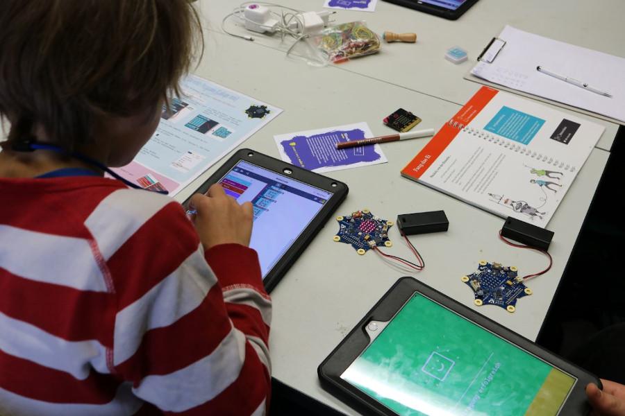 Ein Kind programmiert einen Roboter