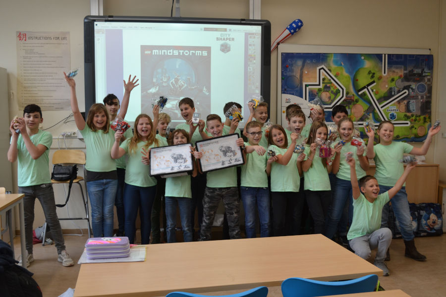 Die Schulklasse freut sich über ihr Klassenpaket für den Wettbewerb