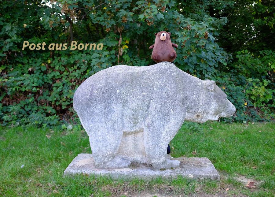 Die Postkarte mit der Bär-Skulptur