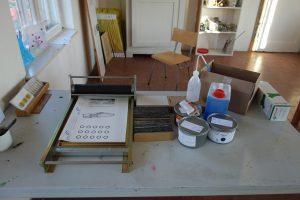 Die neue Abziehpresse mit Material zum Drucken