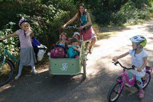 Kinder werden mit dem Lastenfahrrad zur Wildnisschule gefahren