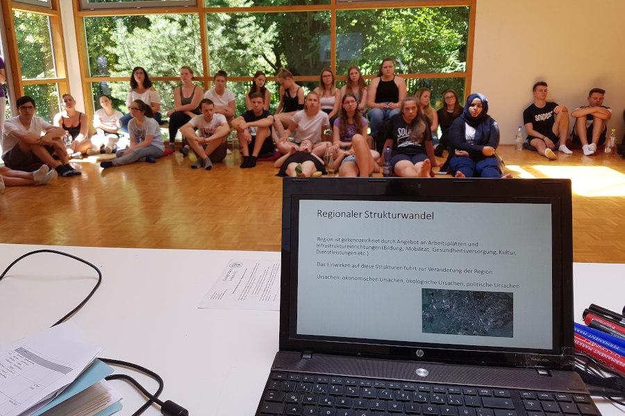Die Jugendlichen sitzen im Workshop-Raum.