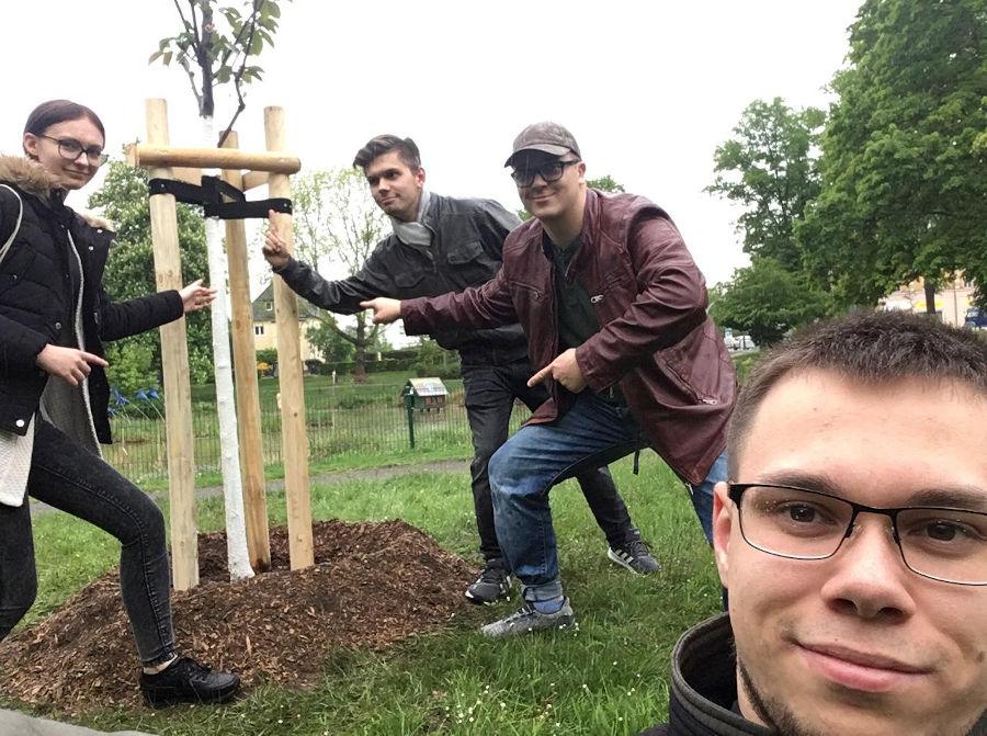 Das Jugendparlament Taucha beim Baum pflanzen