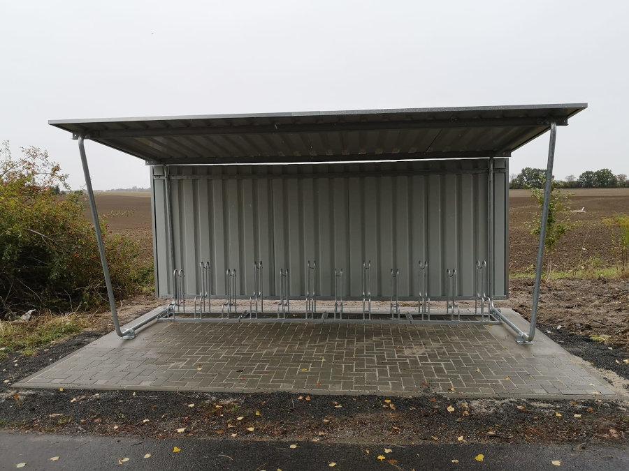 Die neue Fahrradstellanlage am Bahnhof Pönitz von der Seite