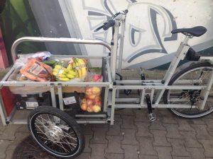 Das Lastenrad mit einem Einkauf beladen