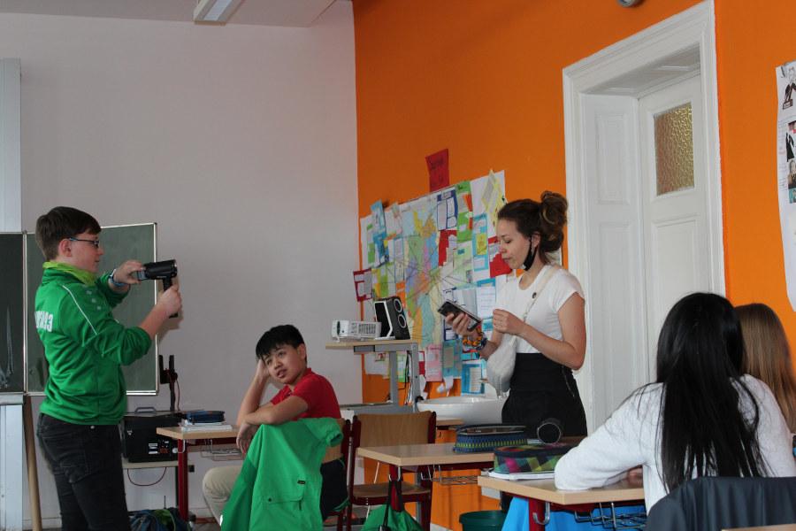 Die Schauspielerin vom Theater Junge Welt betritt den Klassenraum.