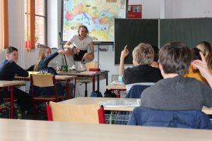 Die Klasse spricht nach dem Theater-Stück über das Thema Medienkompetenz.