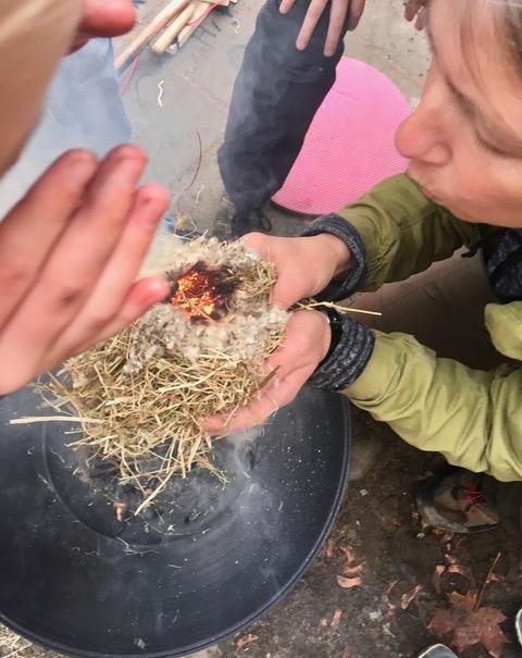 Feuer wird mit einer ursprünglichen Methode erzeugt.