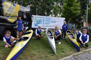 Kinder und Jugendliche präsentieren Boote