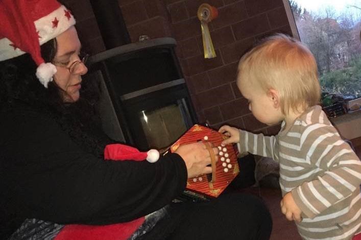 Ein Kind interessiert sich für ein Musikinstrument