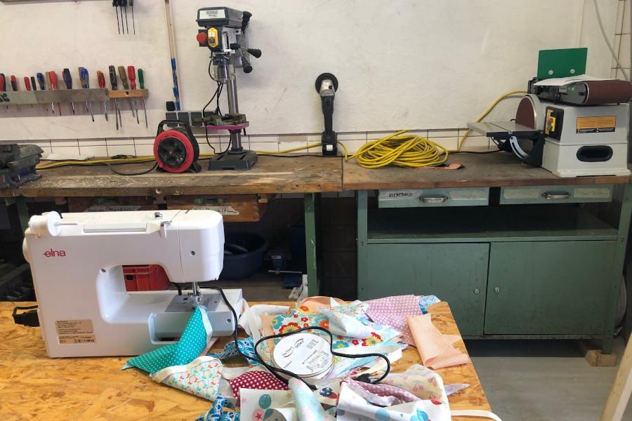 Die fertige Werkstatt mit einer Nähmaschiene