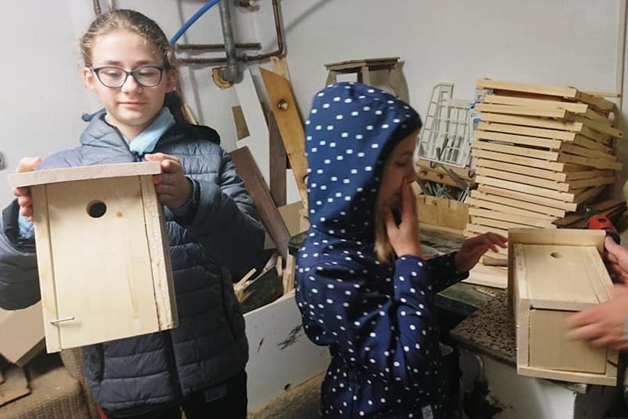 Kinder bauen Vogelhäuser