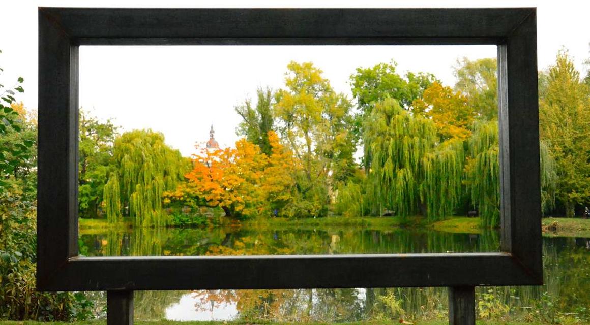 Die neuen Rahmen vom Kunstprojekt Beu View stehen an besonders schönen Plätzen der Stadt Taucha.