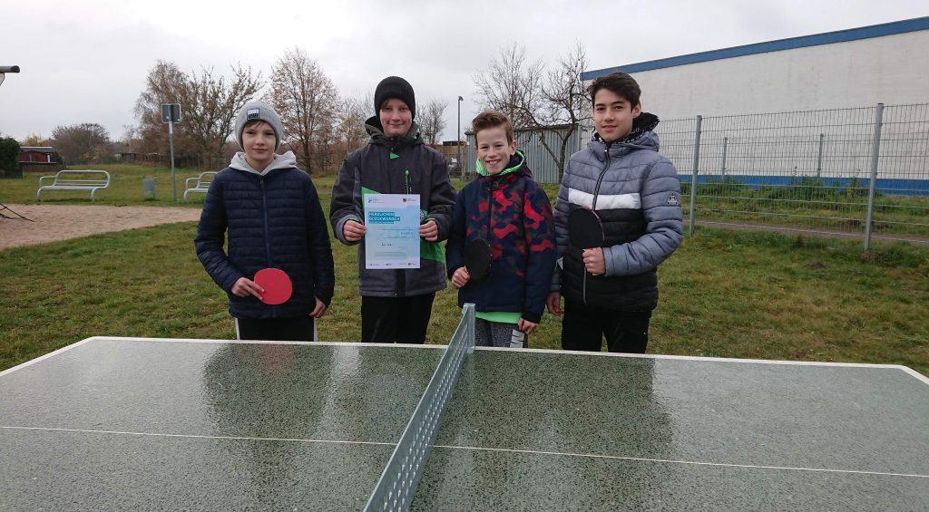 Tischtennisplatte mit Kindern am Torgauer Biberweg